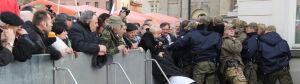Przez barierki przed Pałac: [br]posłowie PiS składali wieńce