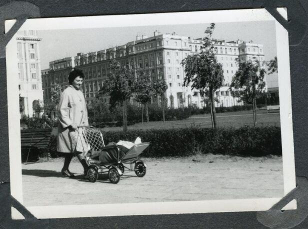 Spacer na skwerze róg ul. Anielewicza i Nowotki, 1962 rok Beata Modrzejewska, mat. organizatora