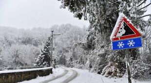 Obfite opady śniegu w miejscowości Chiomonte w Piemoncie (EPA/ALESSANDRO DI MARCO)