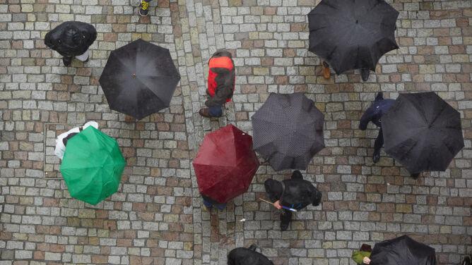 Pogoda na dziś: prawie cała Polska <br />w deszczu i deszczu ze śniegiem