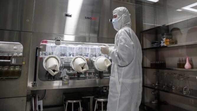 Ekspert: prędzej będziemy mieć skuteczną szczepionkę na COVID-19 niż lek