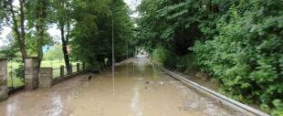 """Uszkodzone budynki, zalane boiska, """"z ulicy zrobiła się rzeka"""". Sobota z gwałtowną pogodą"""